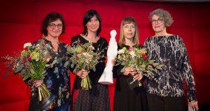 Die beiden Preisträgerinnen (Mitte) des Ehrenpreises 2018