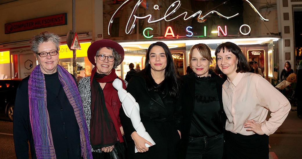 Dr.in B. Mayr (Laudatio), G. Frimberger (Festivalleiterin), A. Salomonowitz und M. Unger (Preisträgerinnen), W. Pelzer (Stadtkino) (vlnr.) vor dem Eröffnungskino Filmcasino